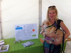 Angelica Persson miljösamordnare med hunden gizmo besöker garden show
